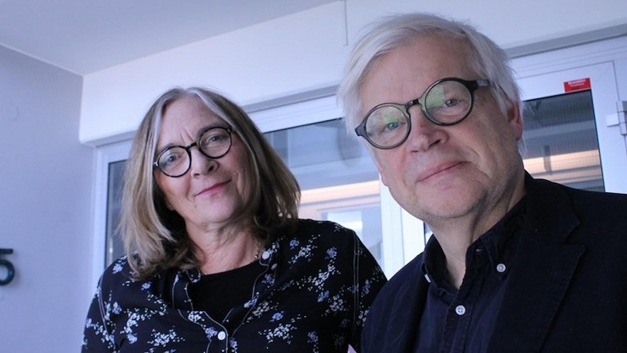 Hélène Benno och Thomas Nordegren blickar vänligt in i kameran.
