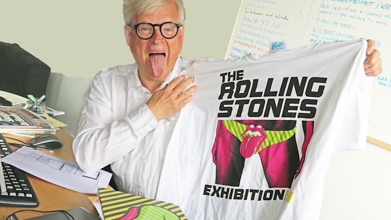 Thomas Nordegren håller upp en Rolling Stones t-tröja.