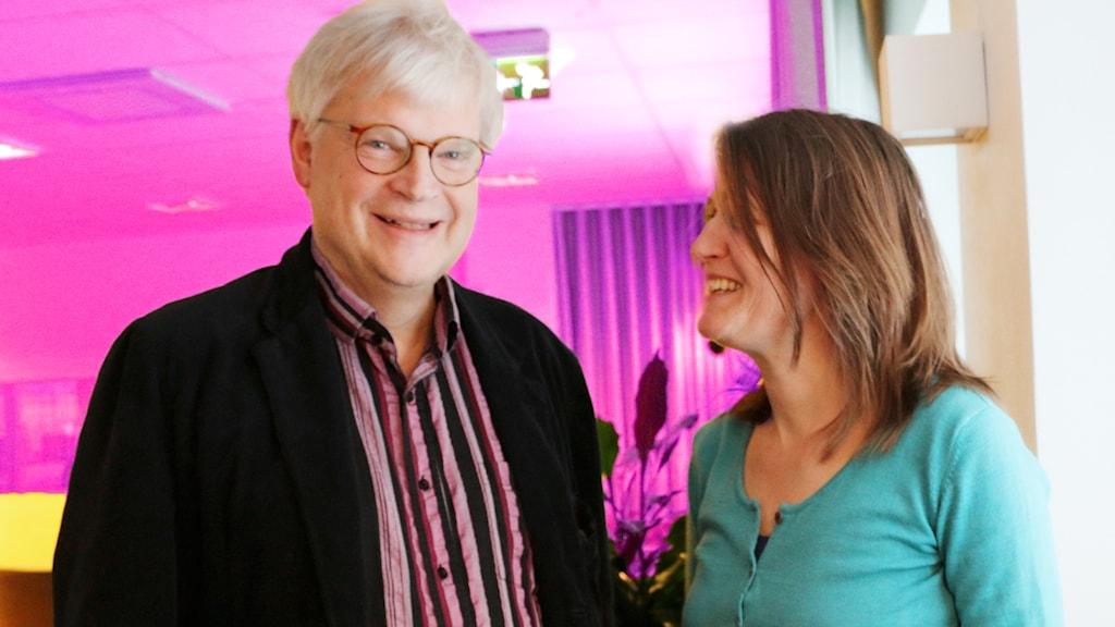 Thomas Nordegren och Louise Epstein tittar på varandra och ler.