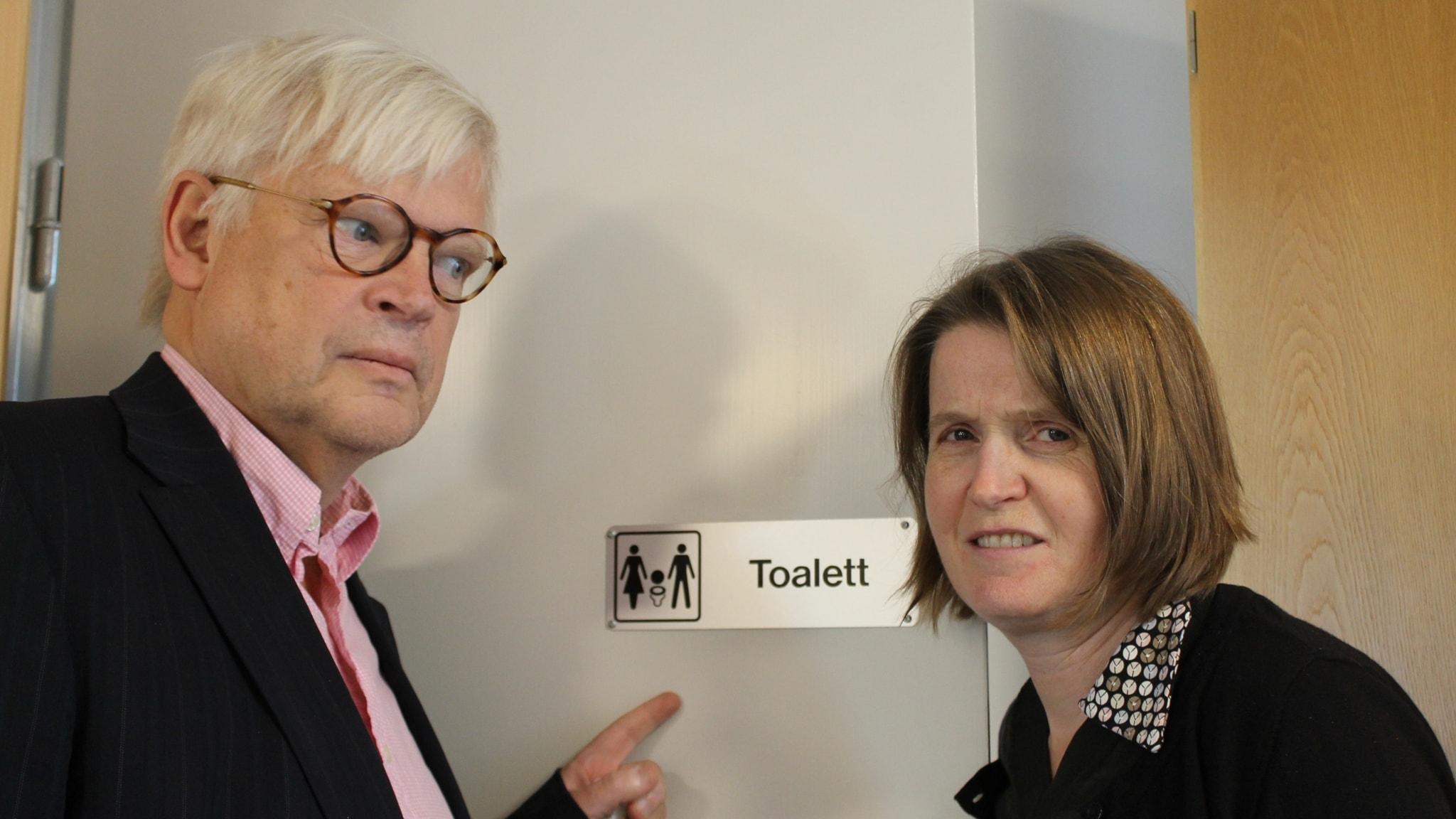 Thomas och Louise utanför en toalett