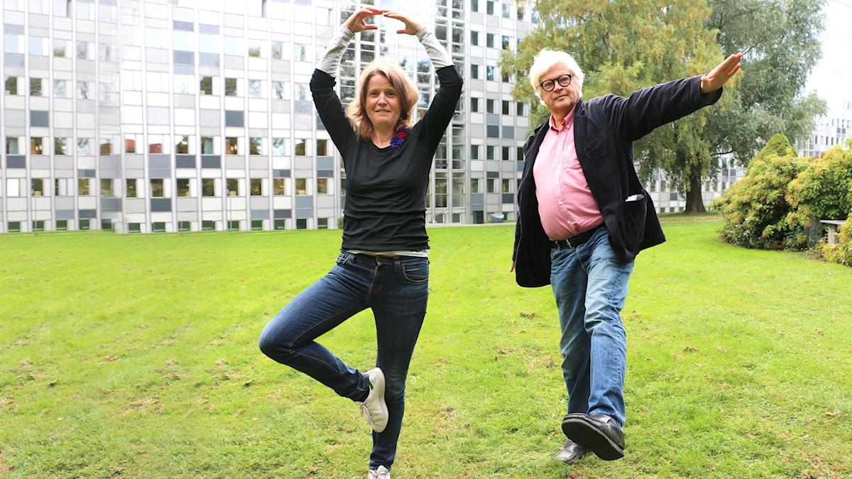 Louise Epstein och Thomas Nordegren gör balettposer i Radioparken. Louise Står på ett ben och och har armarna över huvudet. Thomas balanserar på ett ben.