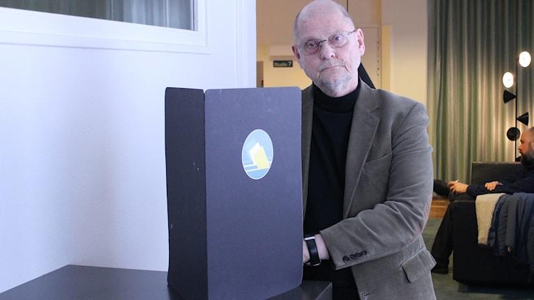 Hans-Ivar Swärd från Valmyndigheten visar en skärm som används av ambulerande röstmottagare.