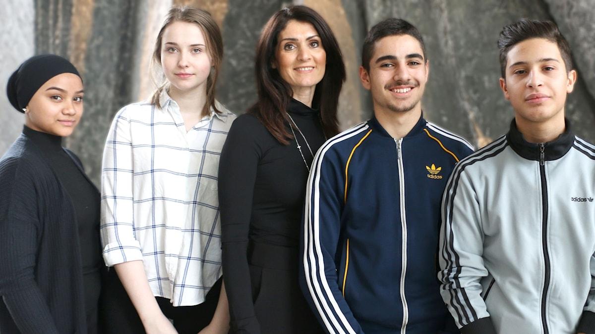 Cleo Trad och Adam Ack (till höger i bild) tillsammans med sina klasskamrater Azizah Abdurrauf och Aleksandra Wisniewska (till vänster i bild) och läraren Eva Salci-Hawsho (mitten) på Internationella engelska skolan i Skärholmen besökte Nordegren & Epstein och berättade om hur de testade hur källkritiska deras skolkamrater och lärare var på skolan.