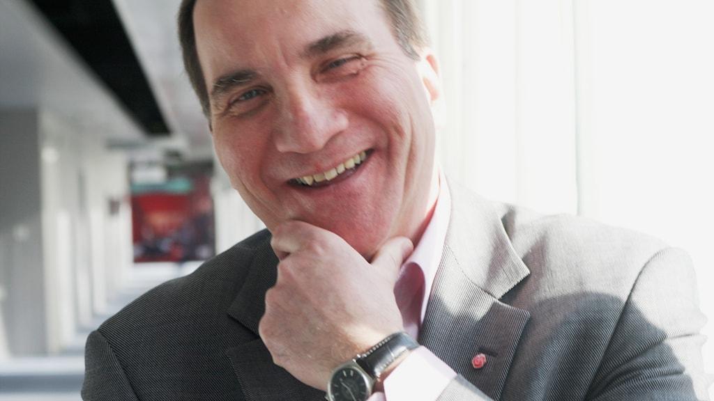 Stefan Löfven skrattar stort.