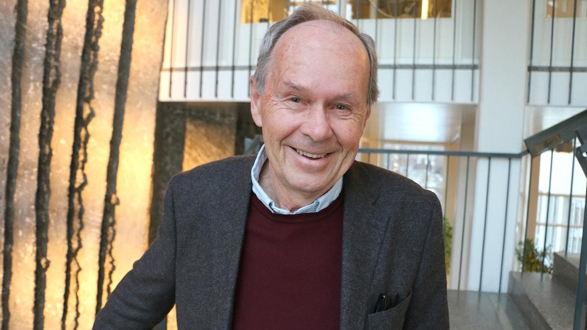 Olle Engstrand, professor emeritus i fonetik ler glatt in i kameran.