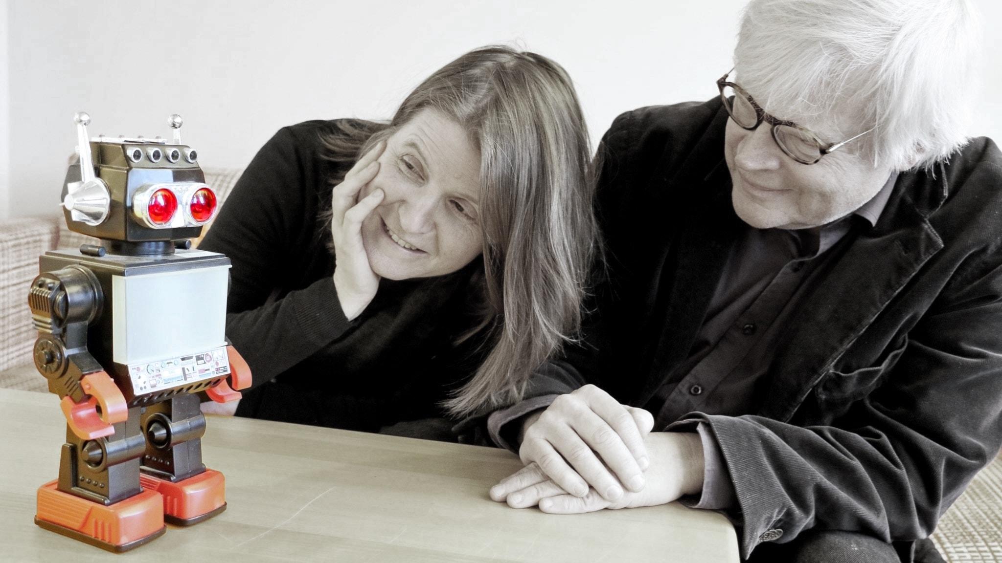 Louise Epstein och Thomas Nordegren tittar på en robot.
