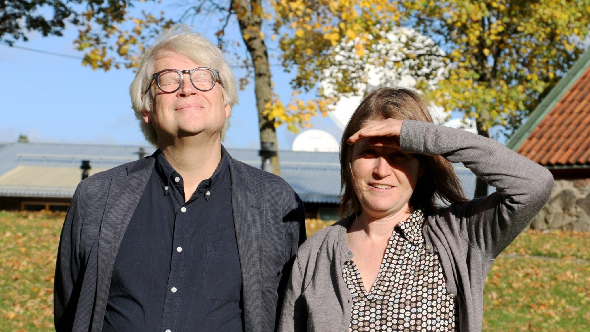 Thomas Nordegren och Louise Epstein i radioparken en skön varm höstdag i oktober.