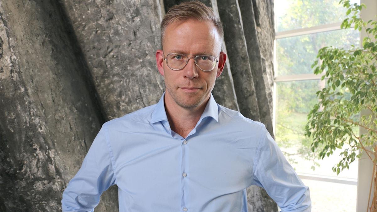 Urologen Olof Akre, docent vid Karolinska universitetssjukhuset, berättar om vilka behandlingar som finns i dag och vilka som bör ta ett PSA-prov som kan visa huruvida man lider av prostata-cancer eller inte.