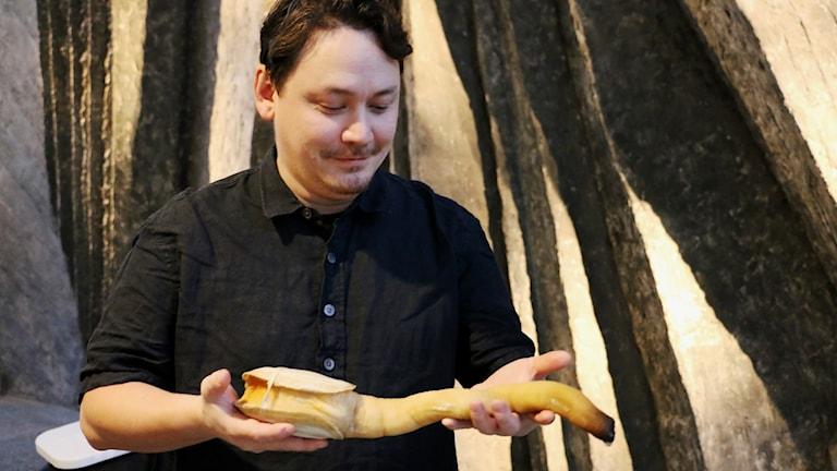 Carl Ishizaki, köksmästare, med en elefantsnabelmussla