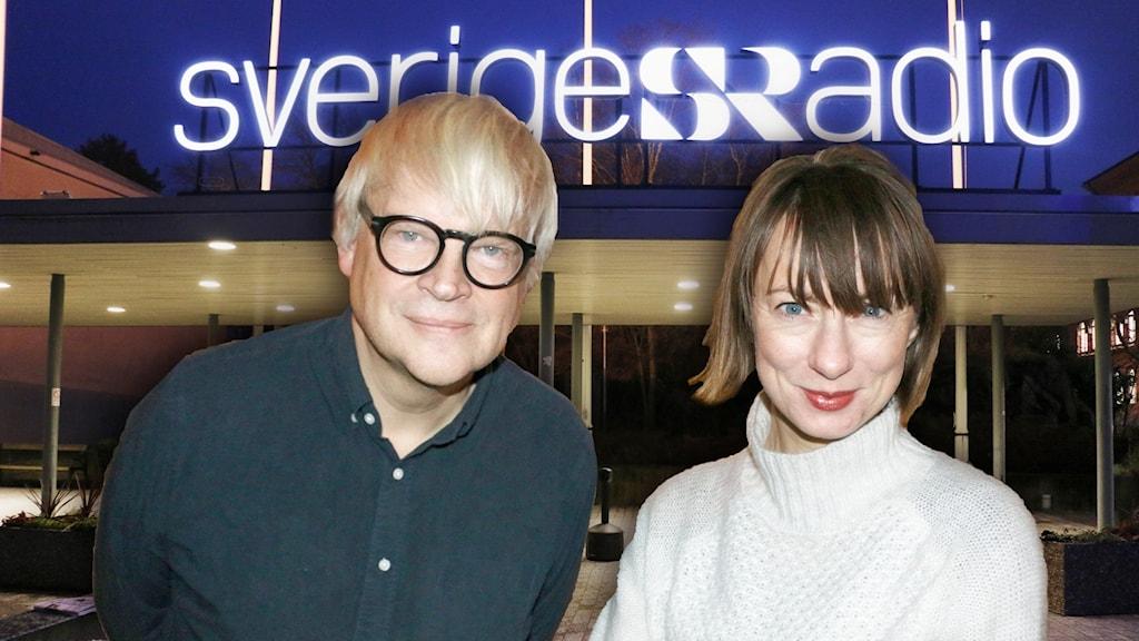 Lisa Bergström och Thomas Nordegren står framför den upplysta Sveriges Radio-skylten utanför Radiohuset i Stockholm. Det är mörkt ute.