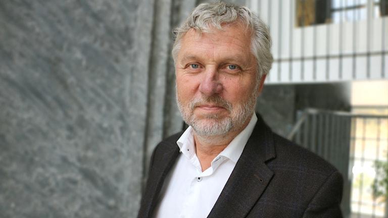 Digitaliseringsminister Peter Eriksson (MP) - porträttbild. Peter tittar in i kameran.