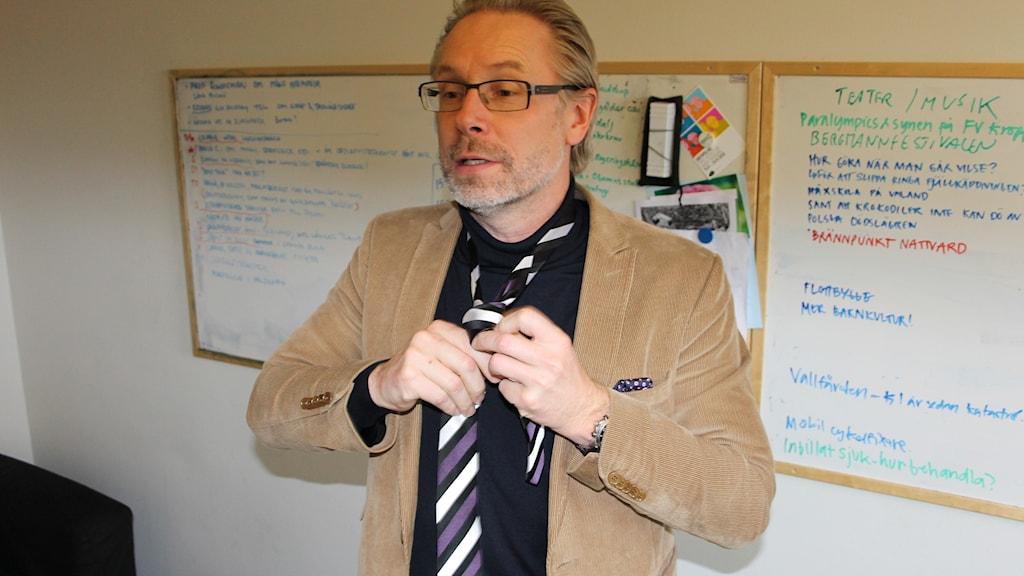 Daniel Alling knyter slips.
