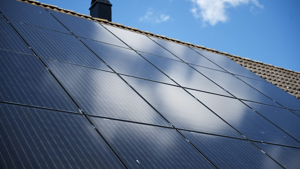 Solceller på ett hustak.