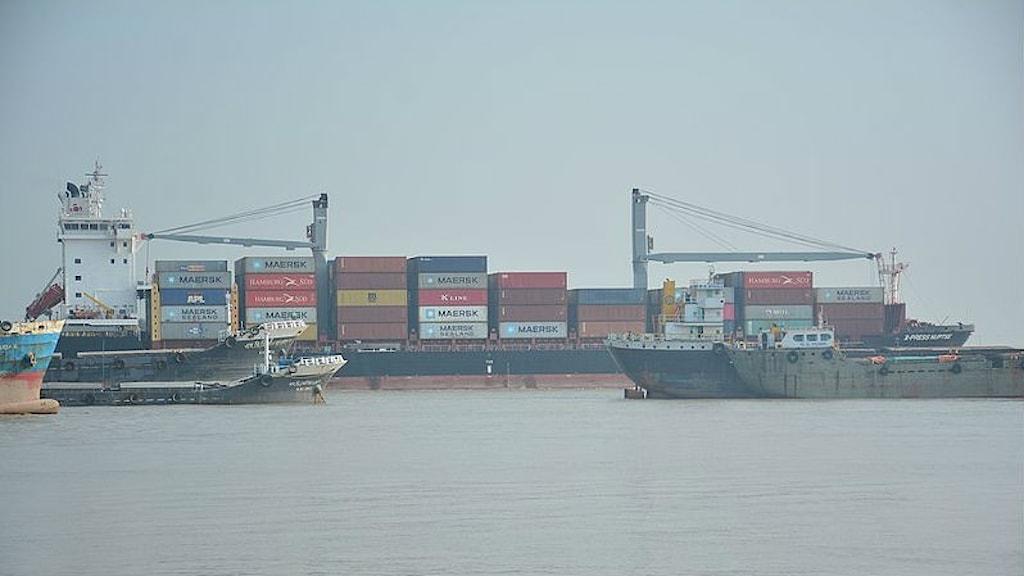 En hamn med lastfartyg.