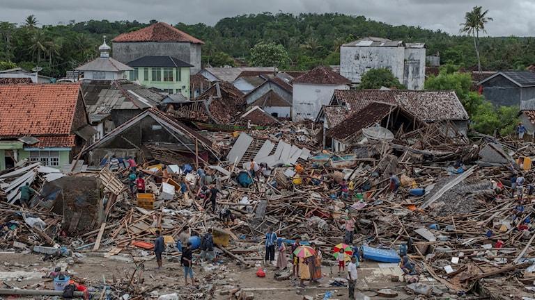 raserade hus och bråte efter tsunami i Indonesien.