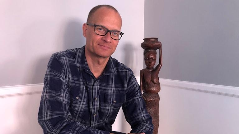 Andreas Wladis, professor i katastrofmedicin vid Linköpings universitet sitter bredvid afrikansk statyett.