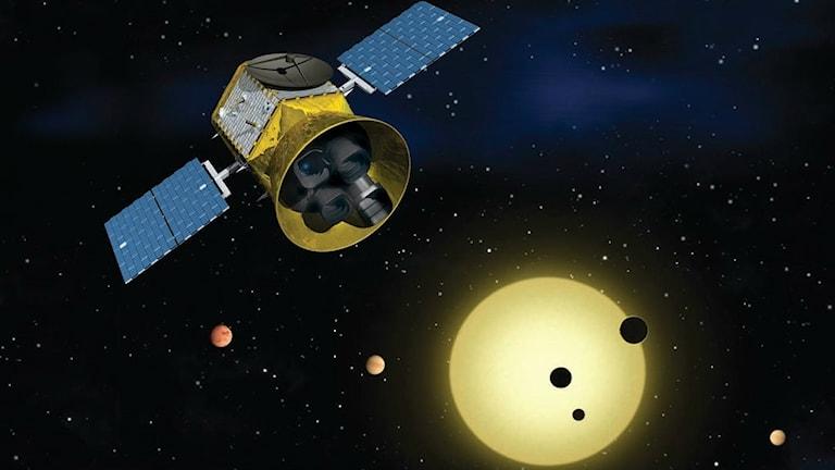 En teckning av rymdteleskopet TESS i rymden med en stjärna med exoplaneter i bakgrunden.