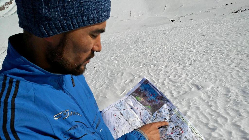 Afghanske glaciärforskaren Amanullah Anwari läser en karta.