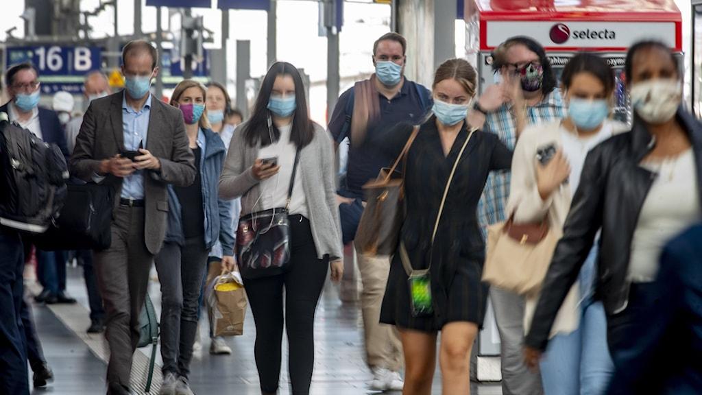 Människor med munskydd i Frankfurt