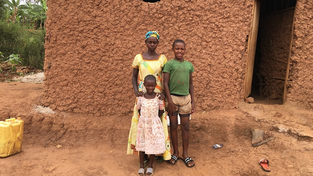Jacqueline Mukamwezi i byn Karambo i östra Rwanda med två av sina fem tillväxthämmade barn. 5000 kr i kontantbistånd räckte till huset och nya kläder och bättre mat till barnen.