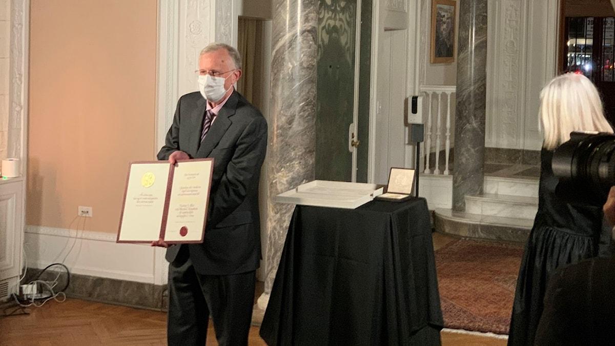 Nobelpristagaren Charles M. Rice tar emot sitt medicinpris 2020 i New York.