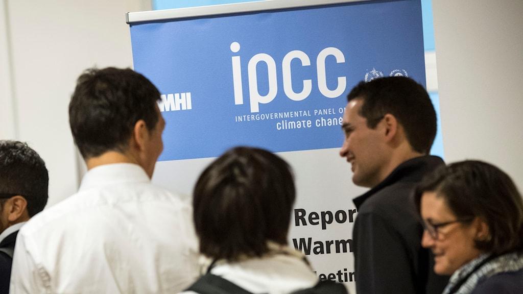 Skylt från IPCC möte med människor och IÅCC banner