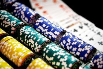 Pokermarker i olika färger ligger uppradade. Foto: Sören Andersson, copyright Scanpix.
