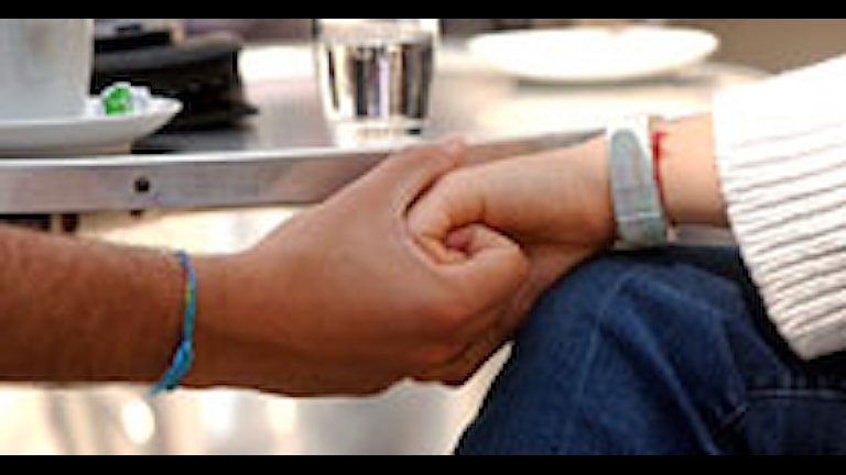 Par som håller handen. Foto: Fredrik Sandberg / SCANPIX