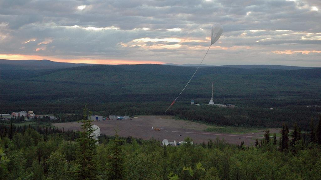 En ballong släpps upp från rymdbasen Esrange.