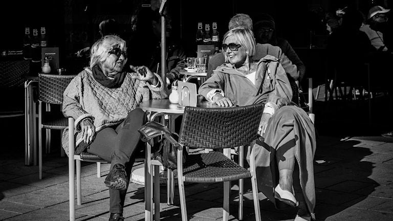 två kvinnor på kafé i Paris