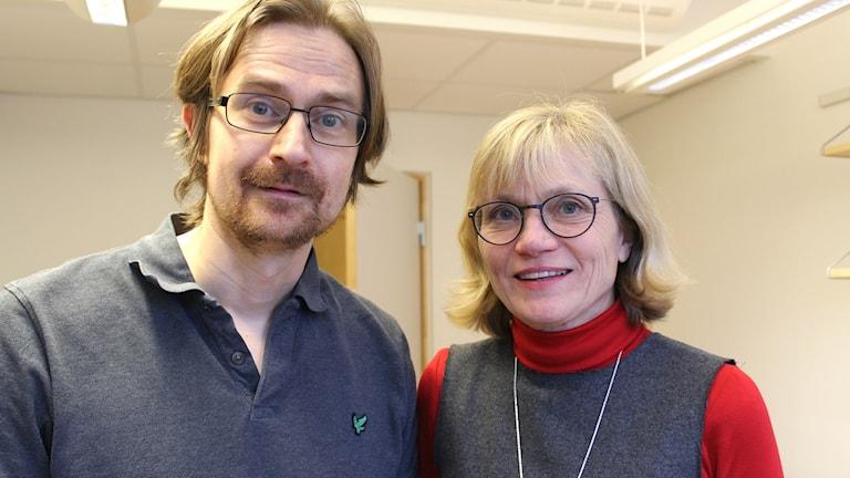Porträttbild på läkarna och forskarna Pär Hallberg och Mia Wadelius på akademiska sjukhusest i Uppsala.