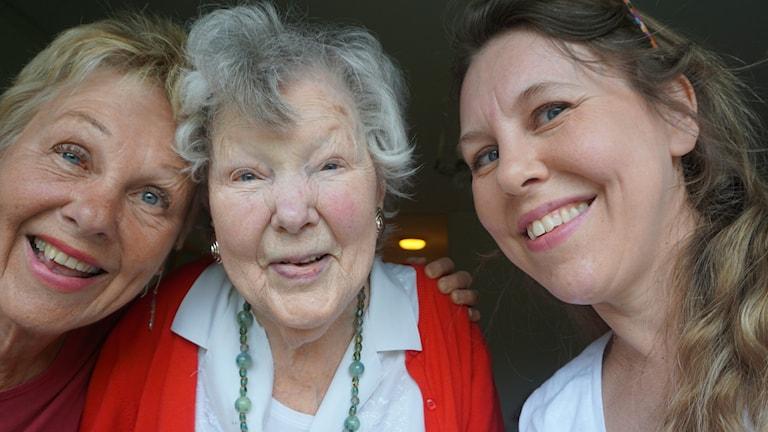 Porträttbild med Metta Forsberg, Anne-Marie Kollind och Lisen Forsberg