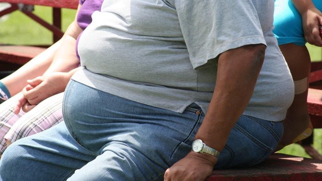 En överviktig man.