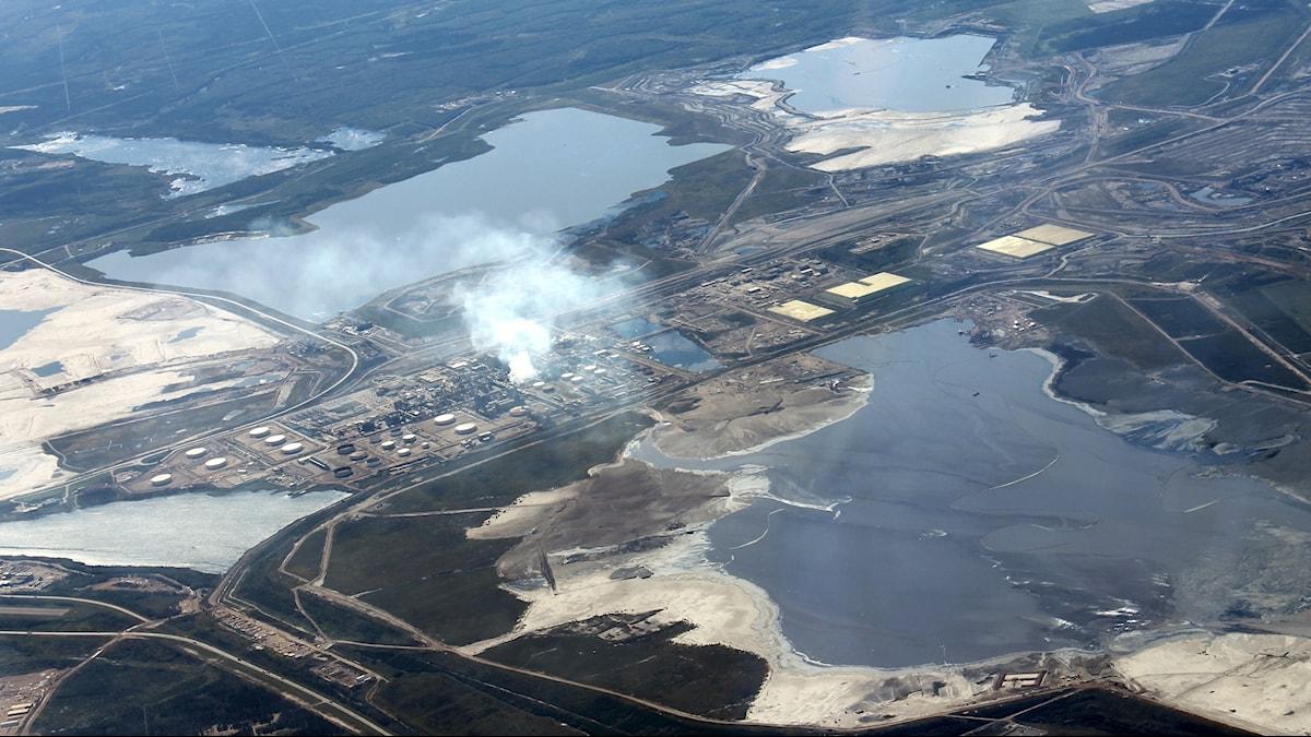 Anläggning för att utvinna olja från oljesand i Kanada. Flygfoto.