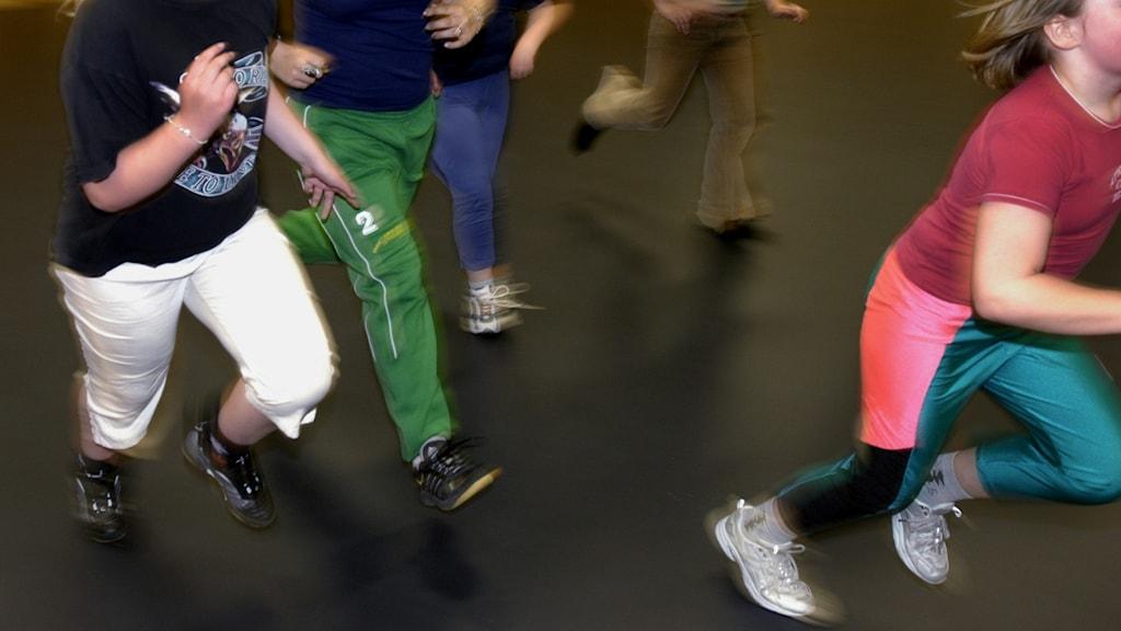 Barn som springer i en gymnastiksal.