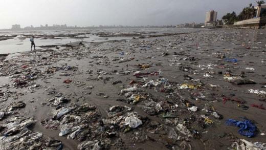Ilandspolat plastskräp vid Mumbai i Indien. Men ute till havs finns enorma mängder osynlig mikroplast. Foto: AP Photo/Rajanish Kakad Scanpix