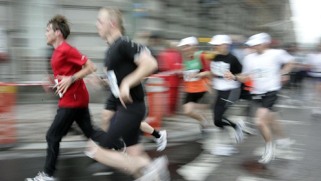Löpare springer i en tävling på gata.