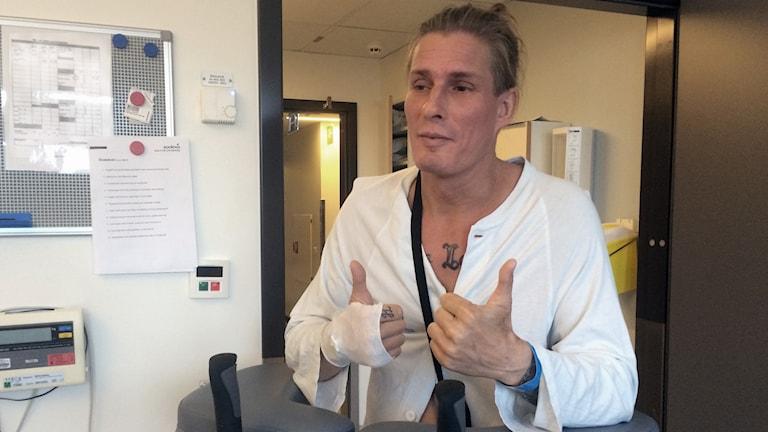 Kalle Ville Pellinen gör tummen upp efter operationen.