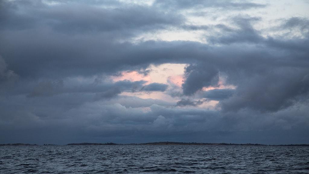 Hav och himmel med mörka moln utanför Gräsköfjärden i Stockholms skärgård.