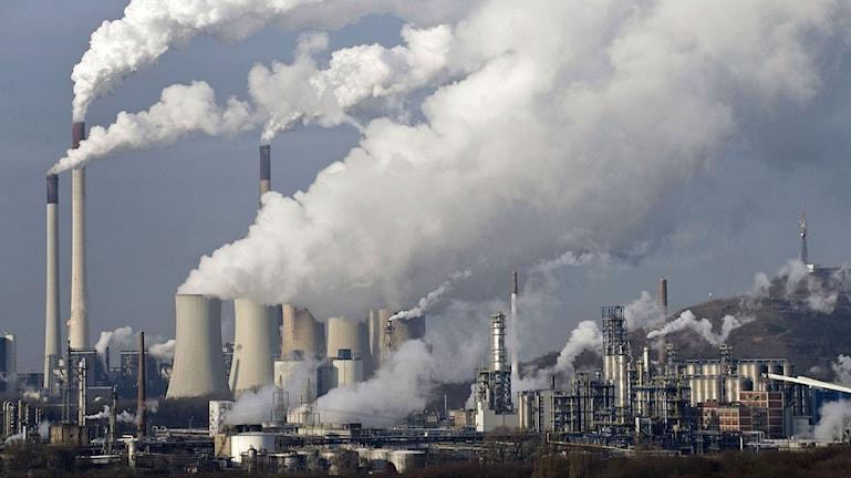 Ånga och rök stiger från ett industriområde i Gelsenkirchen, Tyskland. Foto: Martin Meissner/Scanpix