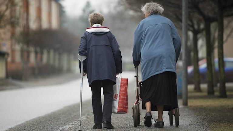 Två kvinnliga pensionärer på promenad med krycka och rullator Foto: Fredrik Sandberg / SCANPIX / Kod 10180