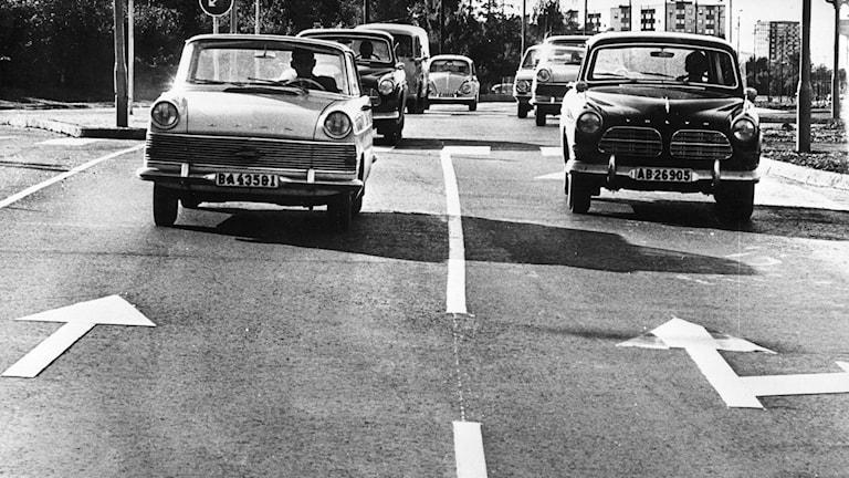 bilar från 60-talet. Pilar visar åt motsatt håll som bilarna kör.
