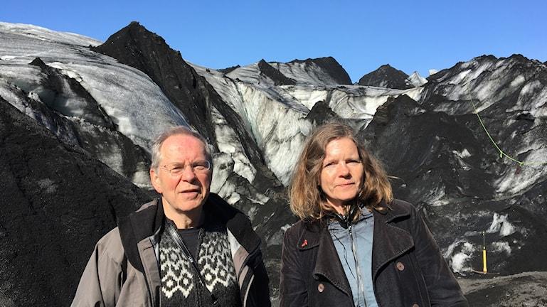 Oddur Sigurdson och Lena Nordlund framför sotigt isig glaciär