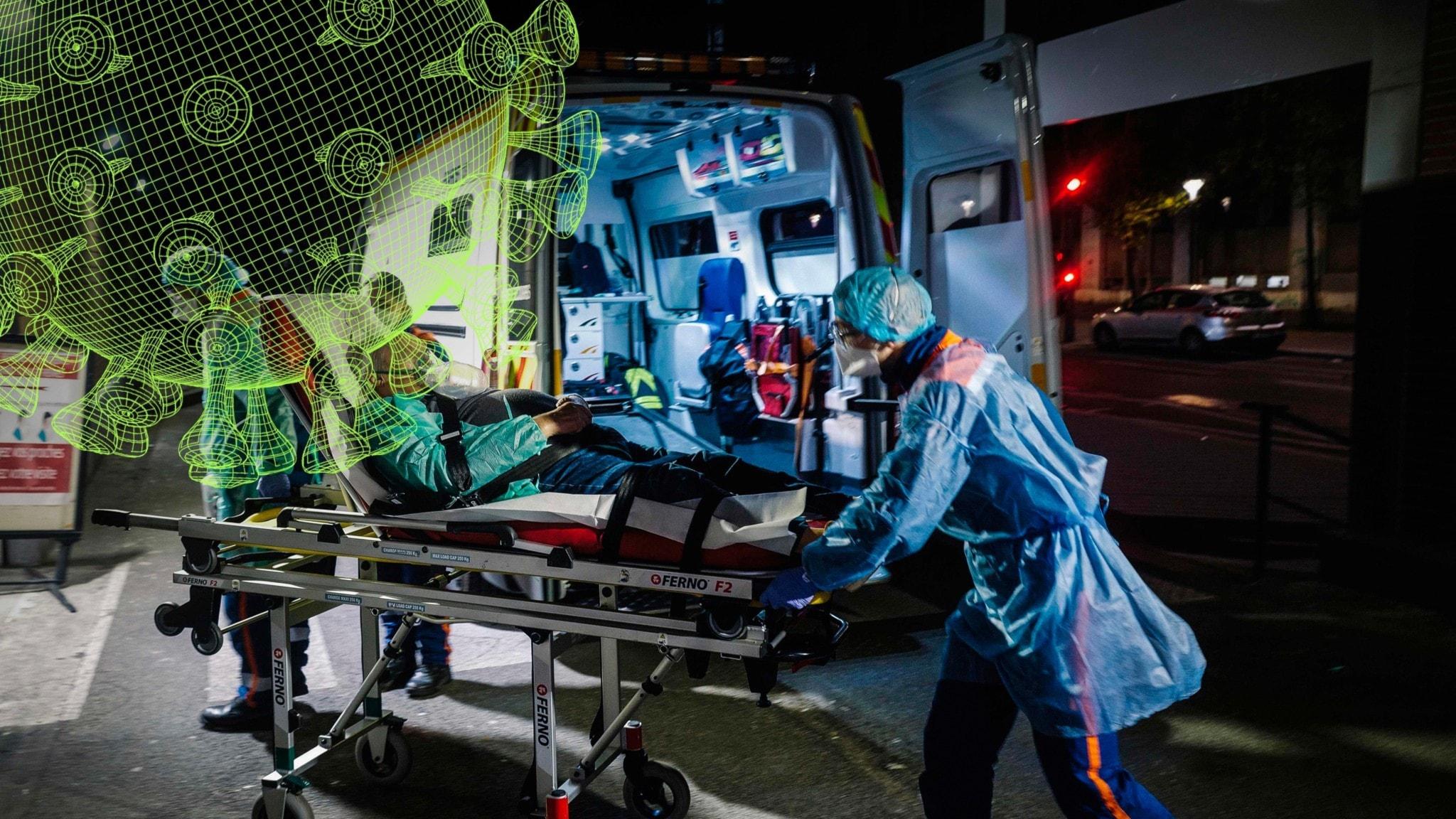 Man förs in i ambulans av sjukvårdspersonal som bär munskydd.