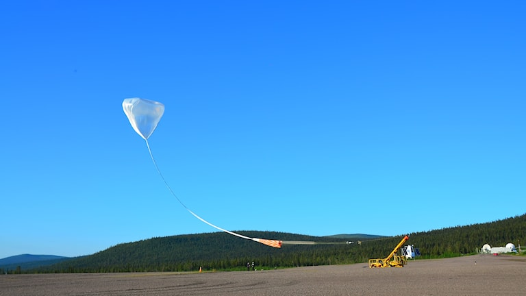 Nästan genomskinlig ballong sänds iväg