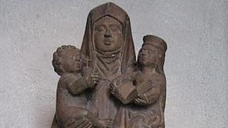 kvinna med barn på varsin arm