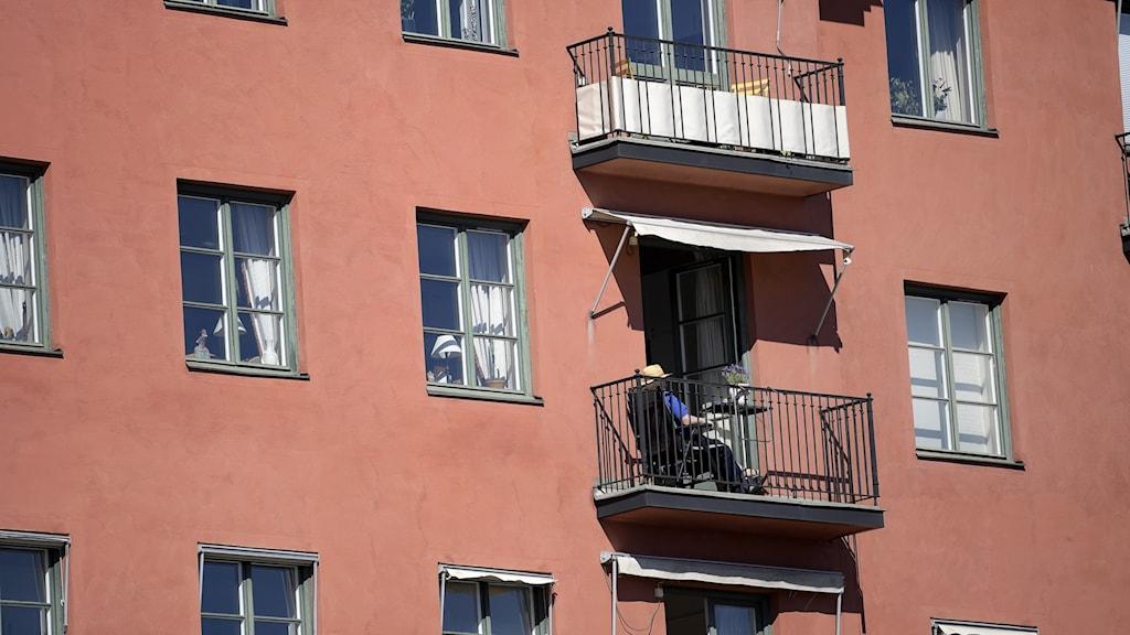 Pensionär solar på balkong.