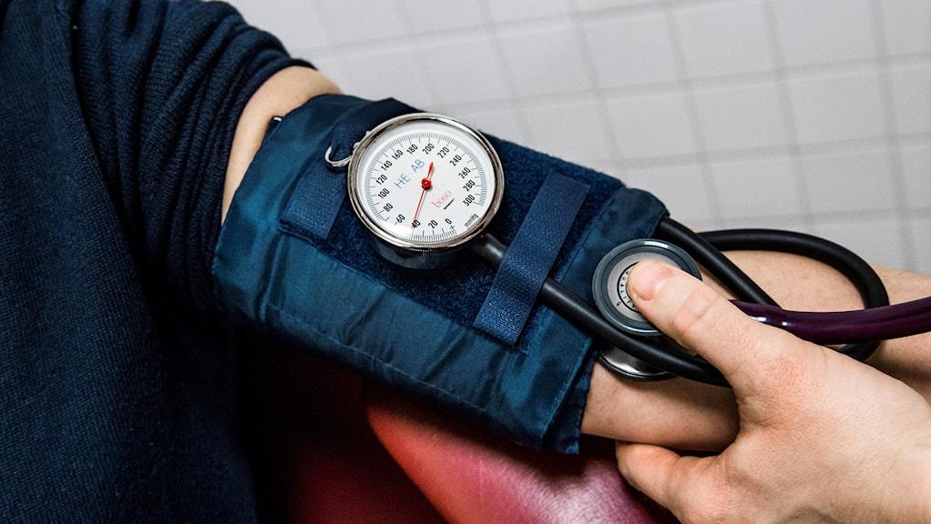 Blodtrycksmätare på en arm.