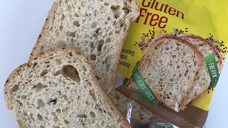 Brödskivor och paket med glutenfritt bröd
