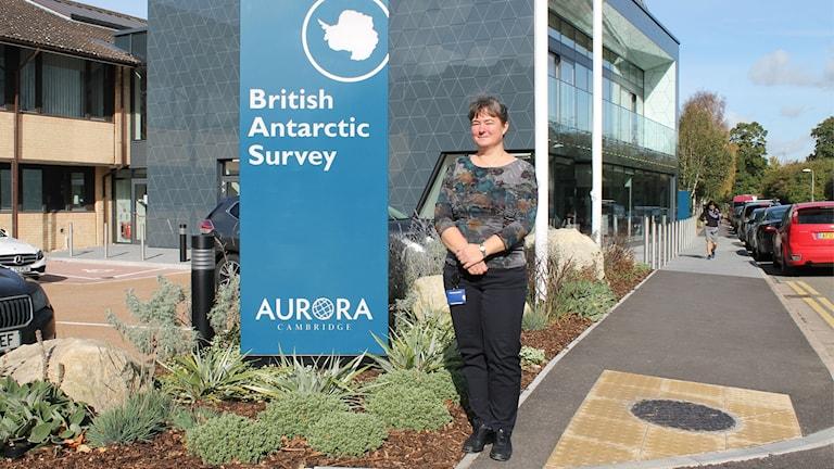 Forskaren Katrin Linse framför entrén vid British Antarctic Survey